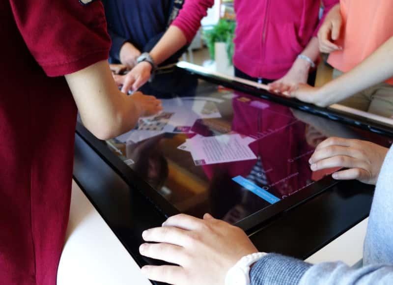 Groupe d'élèves travaillant autour d'une table tactile au CDI