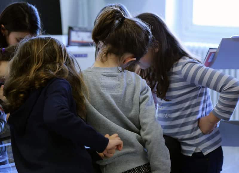 Groupe d'élèves autour d'une table tactile
